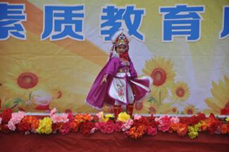 一年级小朋友表演川剧变脸-素质成果展示 播撒梦想舞台