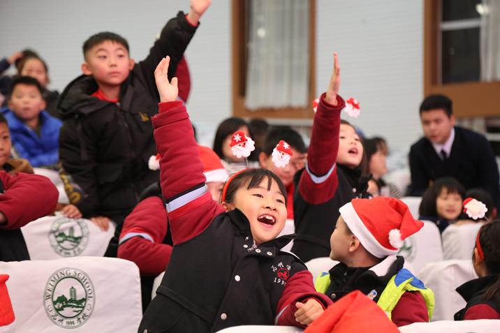 02小学生兴奋得与主持人互动.JPG